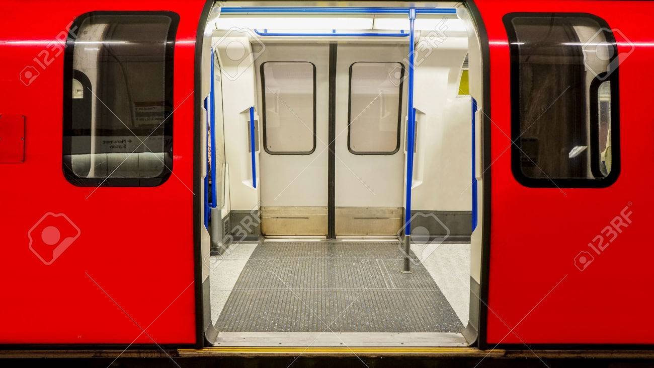 Inside view of London Underground Tube Station train stopped opening the door Stock Photo & Inside View Of London Underground Tube Station Train Stopped ...