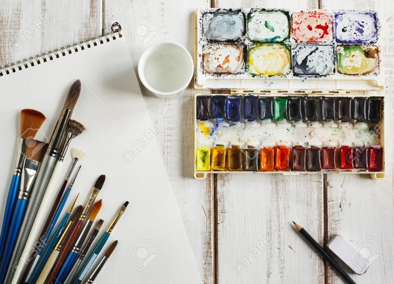 Boite A Peinture Aquarelle Papier Aquarelle Et Pinceau D Occasion Banque D Images Et Photos Libres De Droits Image 51494316