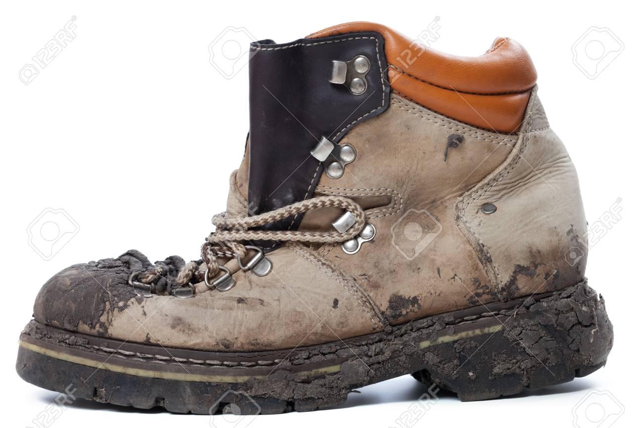 Vieux sale chaussure de randonnée isolé sur fond blanc