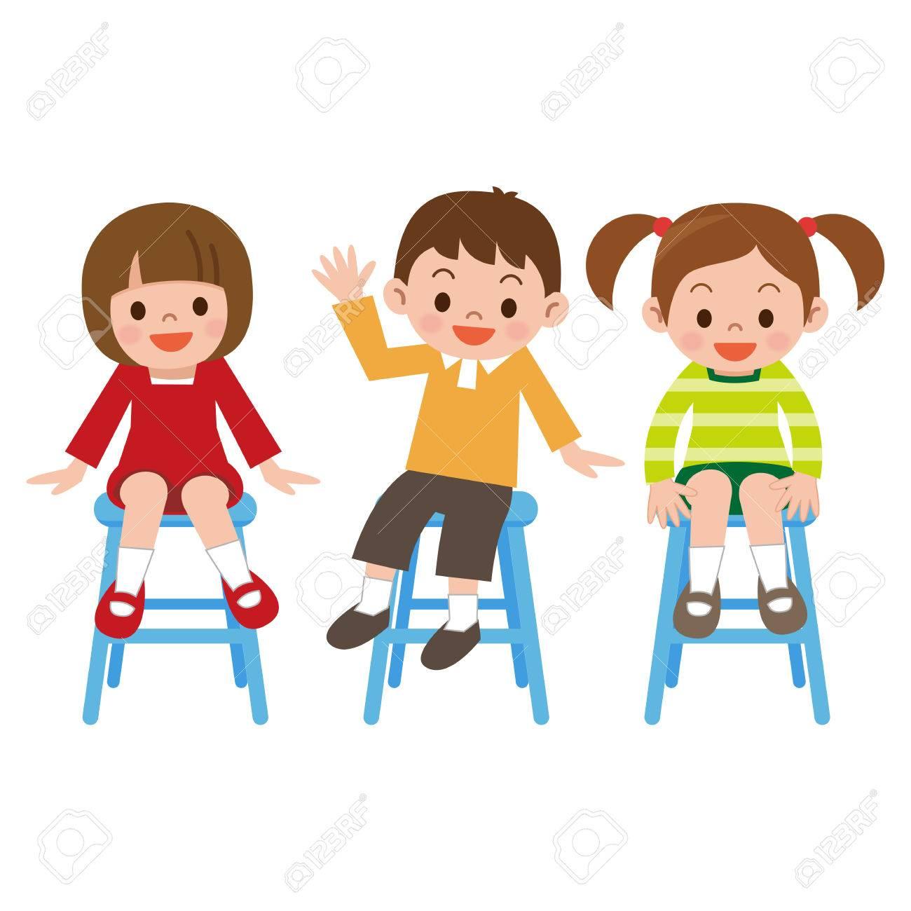 Los niños sonrisa es sentado en una silla
