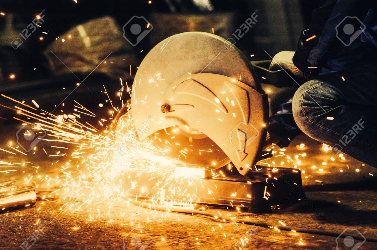 Arbeitskraft Schneiden Metall Schneiden Sie Metall Winkelschleifer