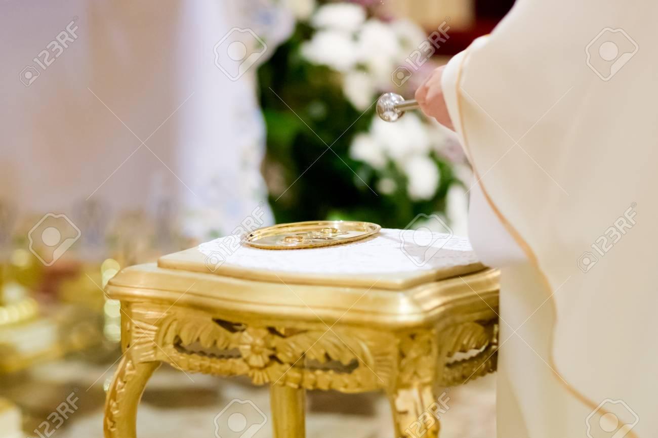 Christian detaill Prist tradicionalmente abençoando alianças na igreja