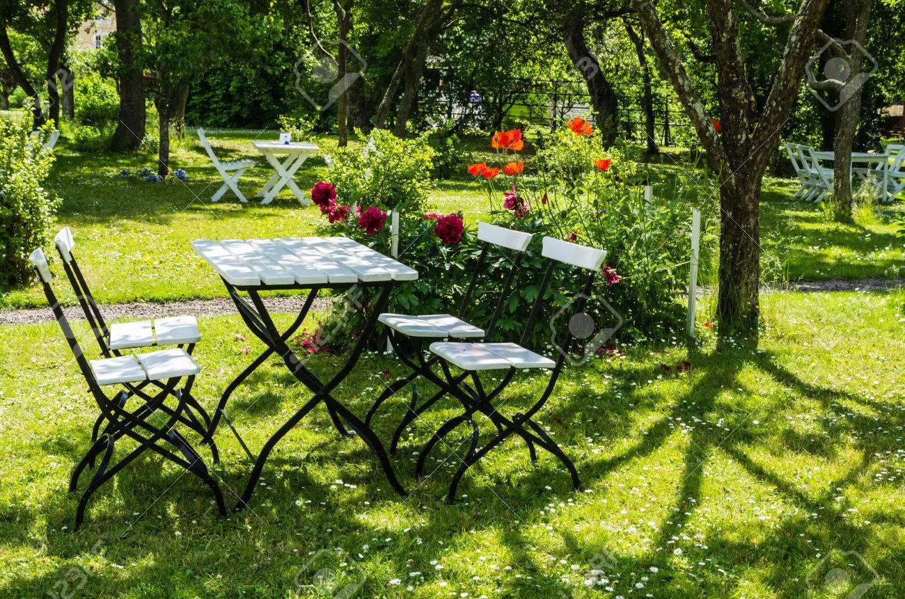 Gartenmöbel In Einem Grünen Park In Schweden Lizenzfreie Fotos