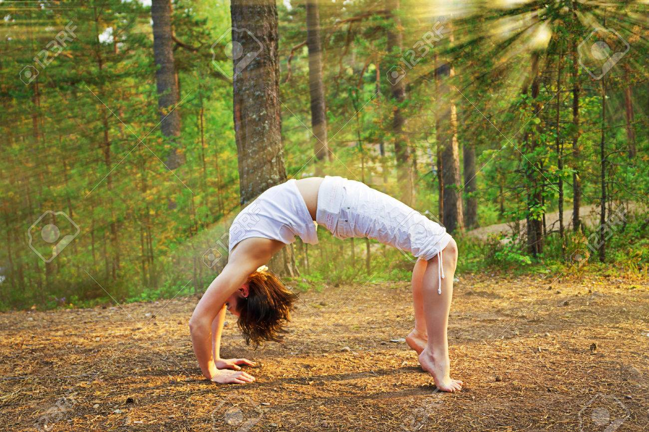 Yoga Bogenhaltung Im Natur Lizenzfreie Fotos, Bilder Und Stock ...