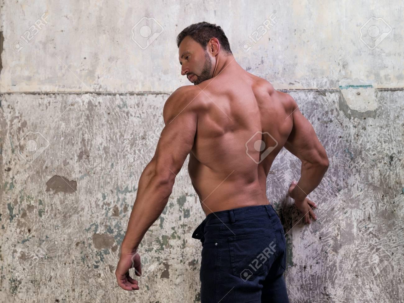 Hombre Muscular En El Fondo De Hormigón Fotos, Retratos, Imágenes Y ...