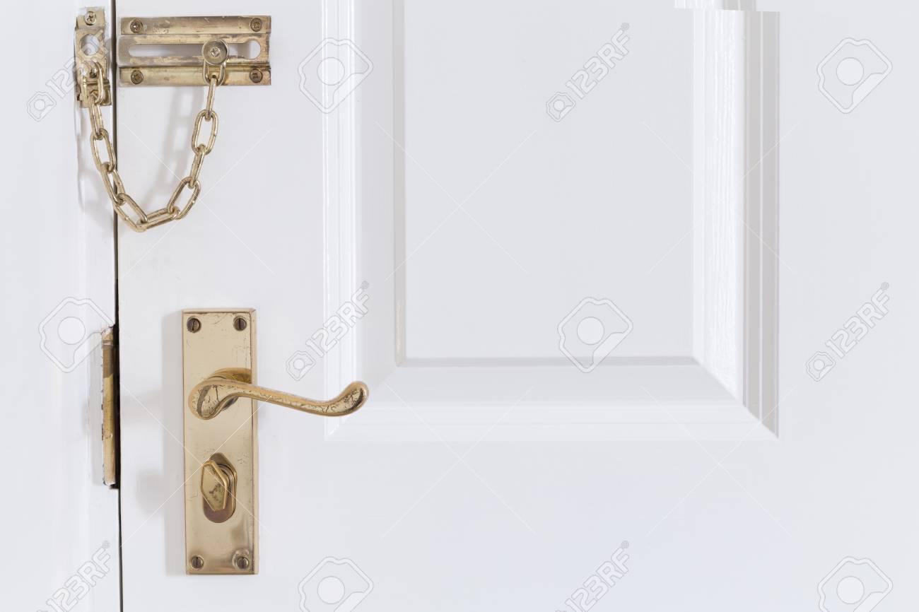 Poignee En Metal Dore Et Chaine Sur La Porte D Entree Blanche Banque