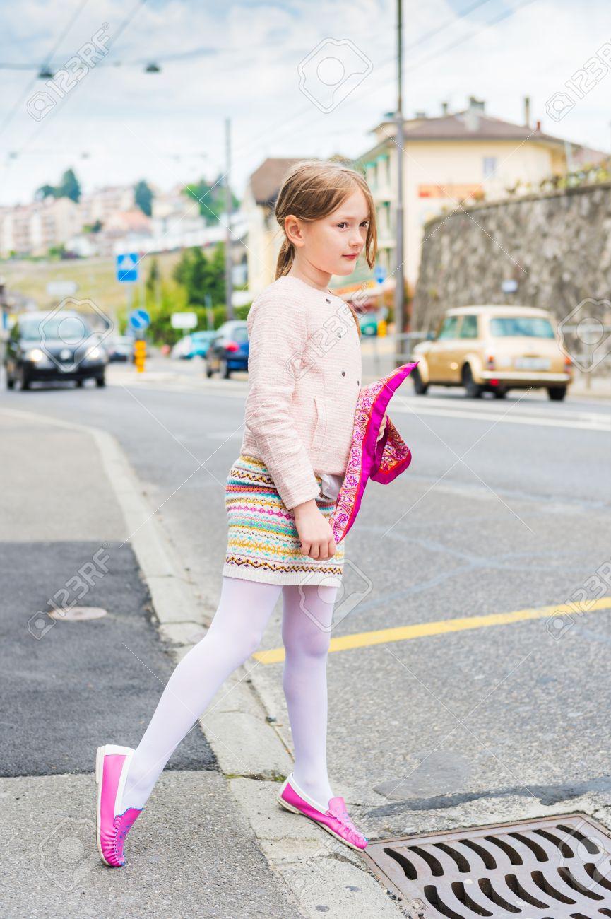 ピンクの靴スカートとジャケットを着て街でかわいい女の子のファッション ポート