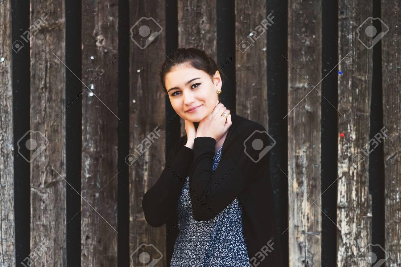 outdoor-mode porträt der jungen 20 jahre altes mädchen trägt blaues kleid  und schwarze jacke