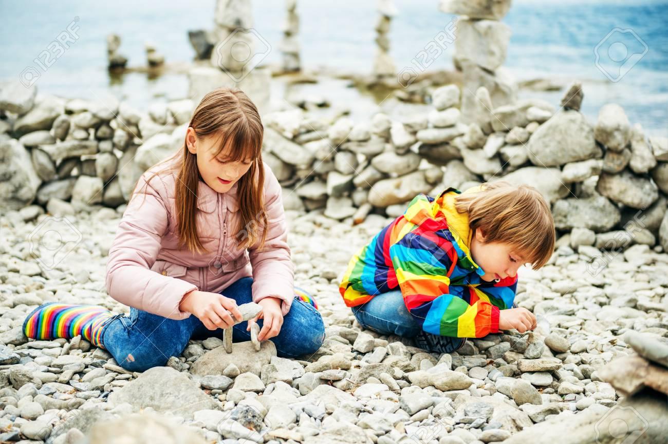 Ninos Jugando Entre Pilas De Piedras En La Playa Fotos Retratos