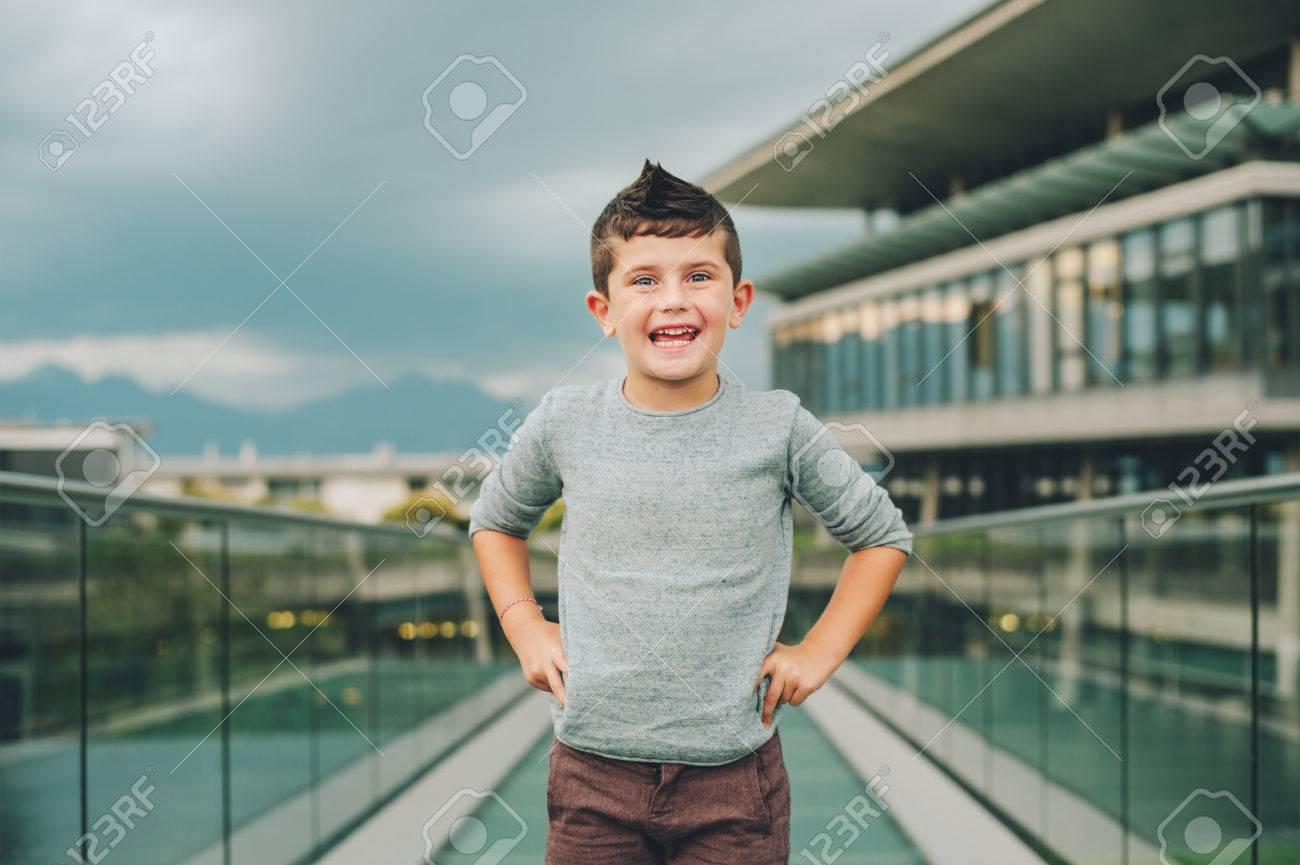 Retrato Al Aire Libre Del Pequeño Muchacho Lindo De 6 Años Que Lleva El Jersey Azul Modelo Masculino Joven Que Presenta En La Calle Moda Para Niños