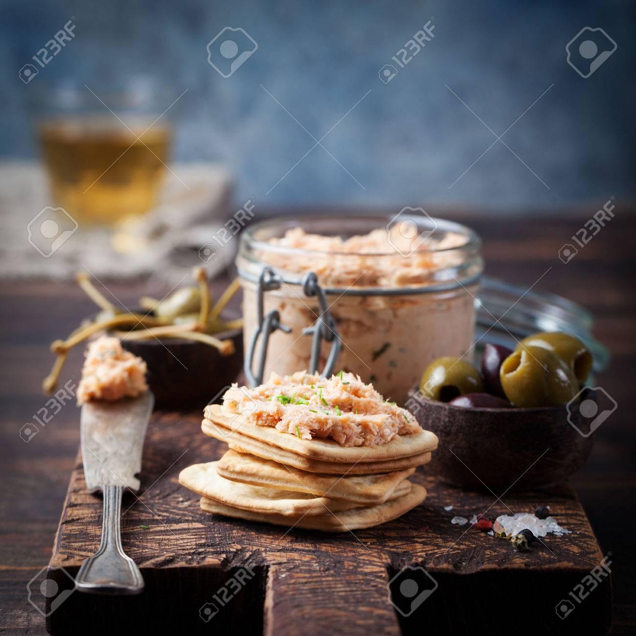 Saumon Fume Et Doux Fromage A Tartiner Des Mousses Pates Dans Un