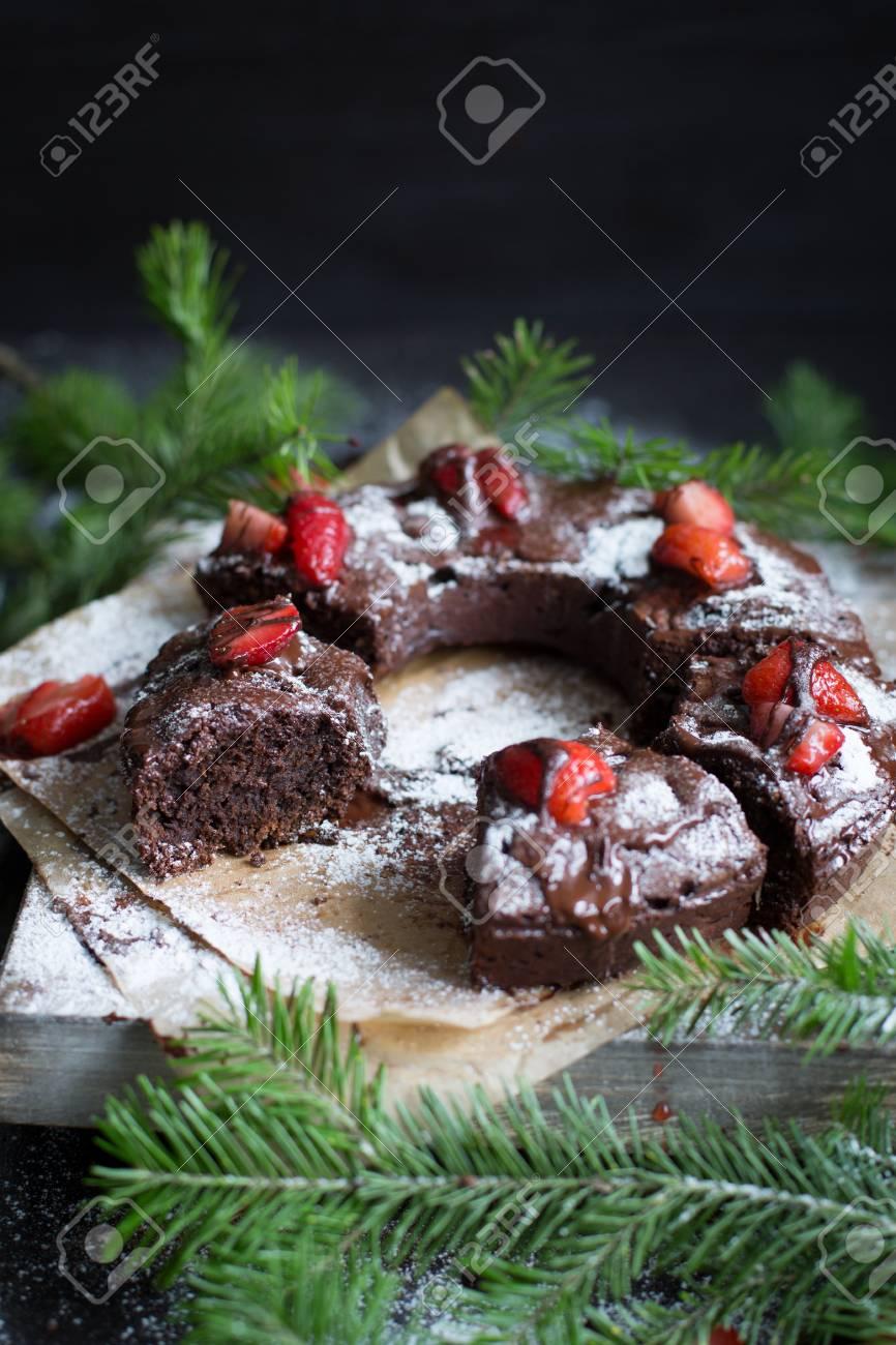 Schokoladenkuchen Mit Erdbeeren Verziert Schokoladenkuchen Kuchen