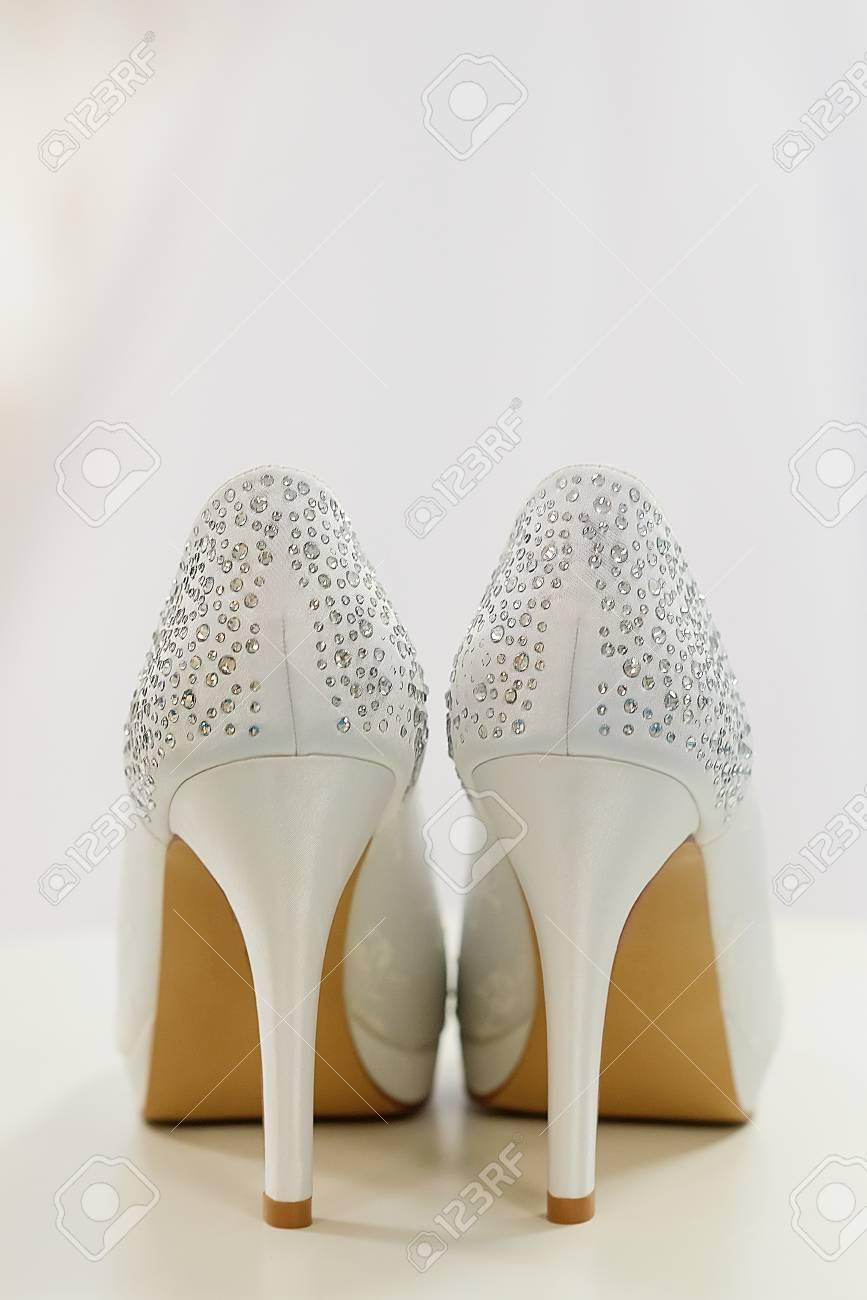 Weisse Hochzeitsschuhe Mit Strasssteinen Lizenzfreie Fotos Bilder