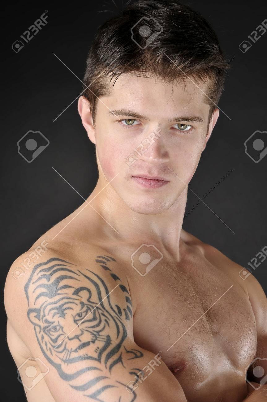 Portrait D Hommes Attrayants Avec Un Tatouage De Tigre Sur L Epaule