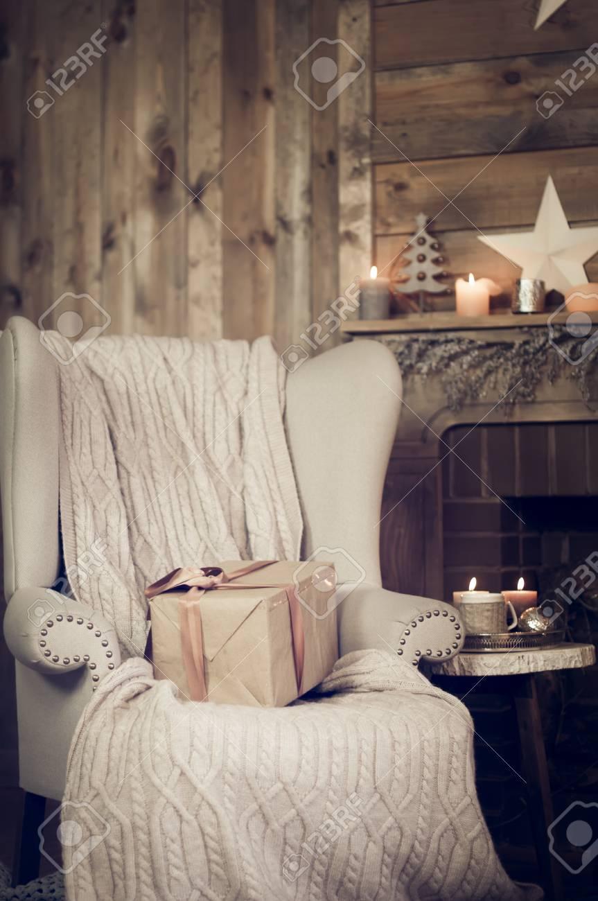 Geschenk Box Auf Einem Sessel Mit Warmen Decke In Der Nähe Von