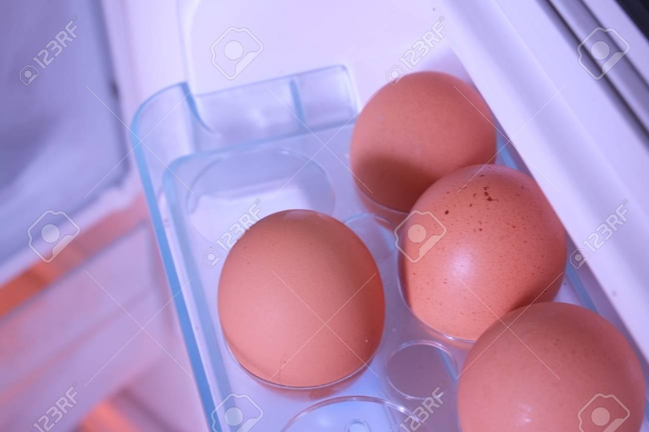 Kühlschrank Ei : Eier im kühlschrank closeup der eier im kühlschrank lizenzfreie