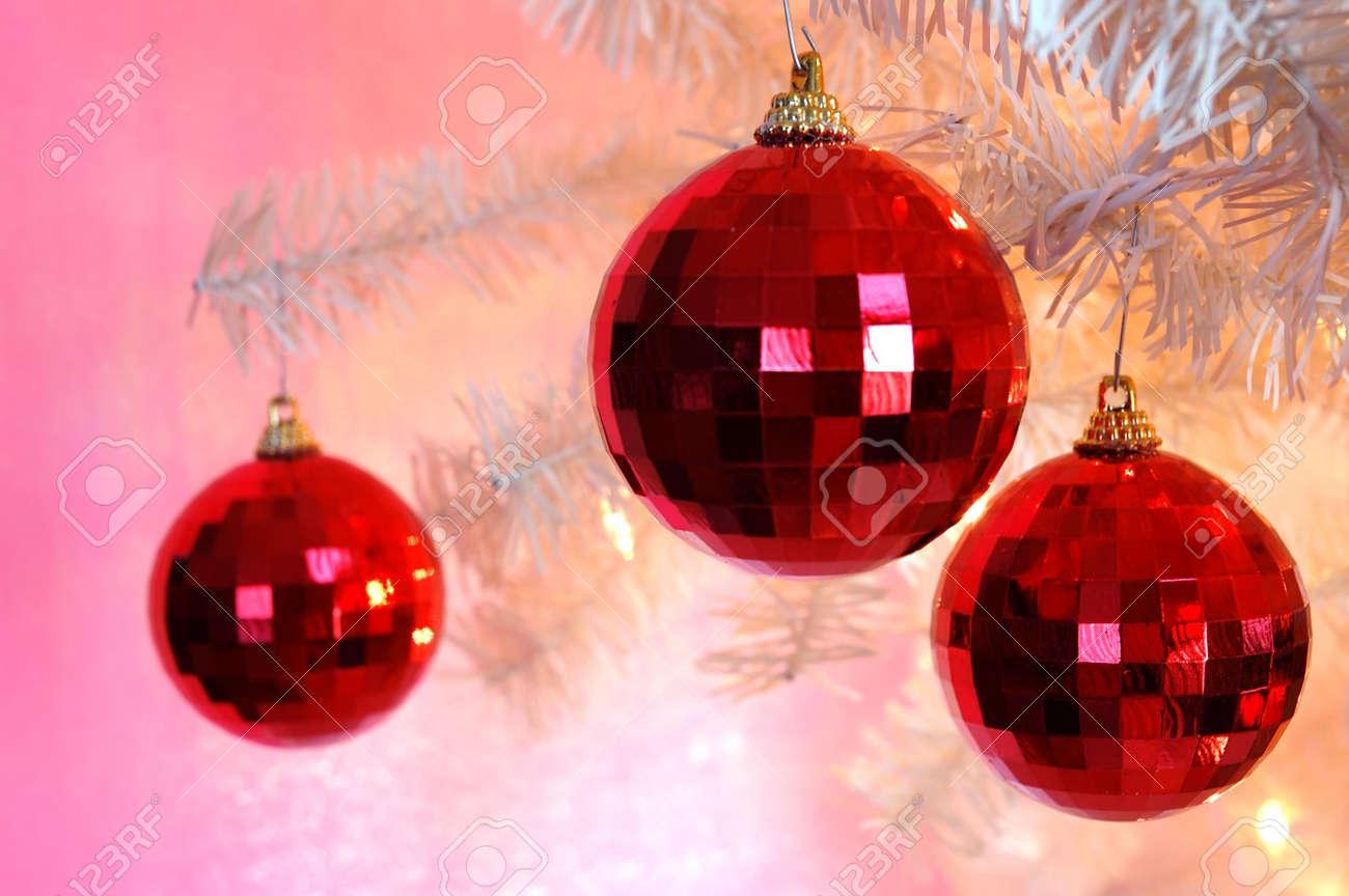 foto de archivo rbol de navidad adornos tres adornos colgantes de color rojo brillante de la rama de un rbol de navidad de cosecha blanco