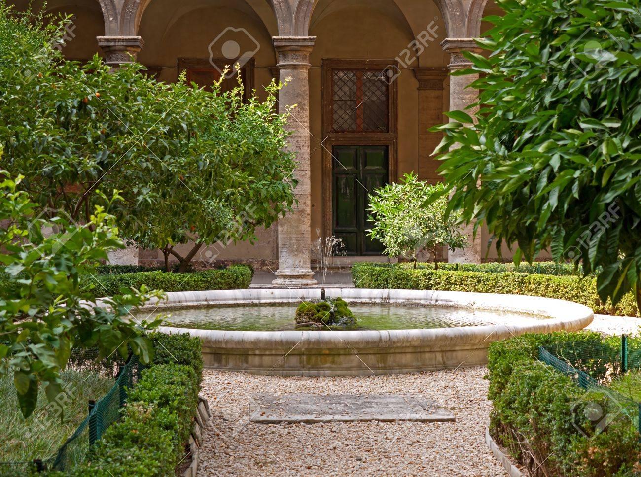 Mediterraner Garten Mit Brunnen Lizenzfreie Fotos Bilder Und