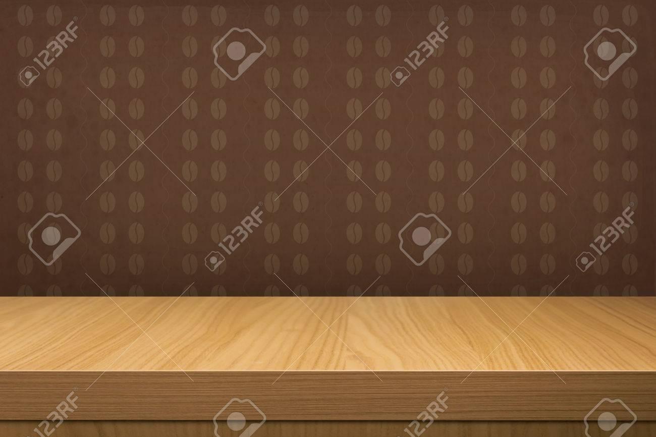 Immagini Stock Empty Tavolo Di Legno Su Carta Da Parati Vintage Con Chicchi Di Caffe Pattern Pronto Per La Visualizzazione Montage Prodotto Image 30240351