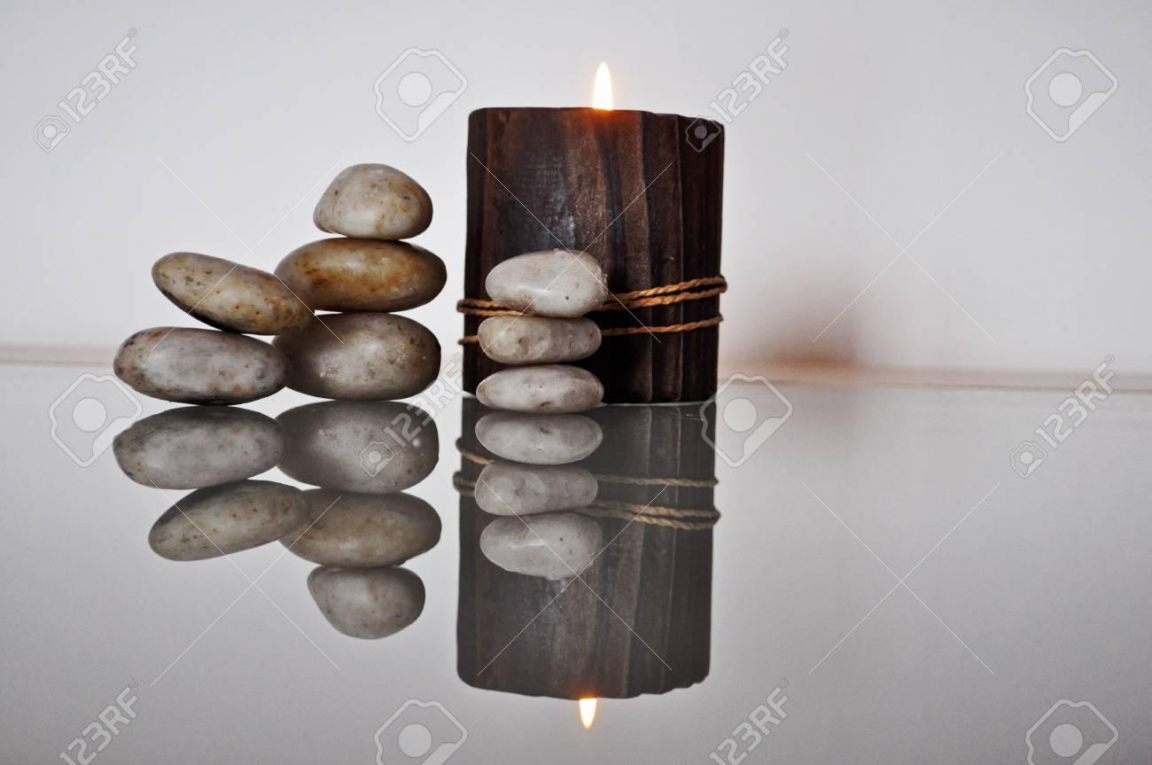 kerzen im kerzenständer aus holz mit steinen in der tabelle