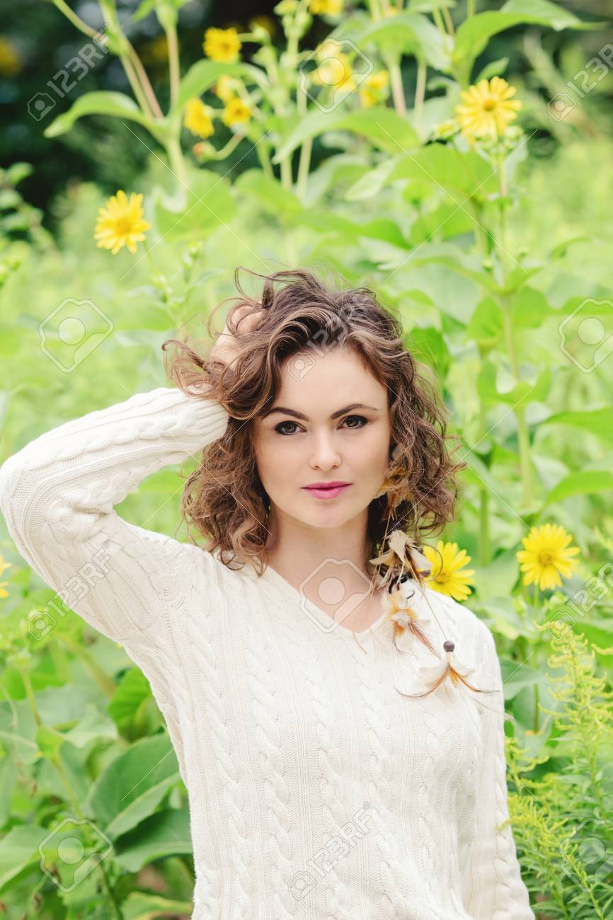 4c37836b5 Retrato De Hermosa Sonriente Joven Blanca Caucásica Chica Mujer Tocando Su Cabello  Castaño Oscuro
