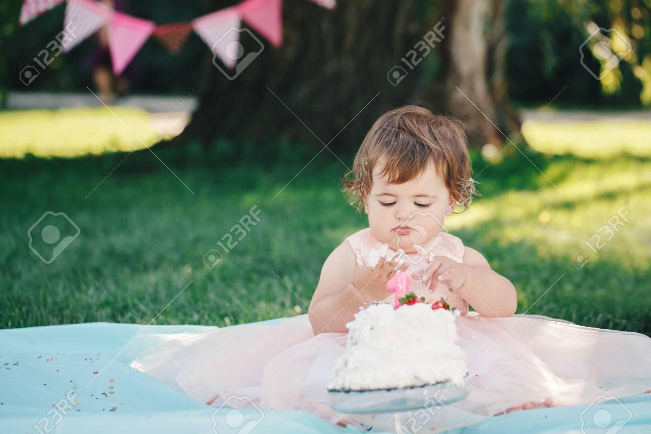 Portrait Des Netten Entzückenden Kaukasischen Baby Mädchen Mit ...