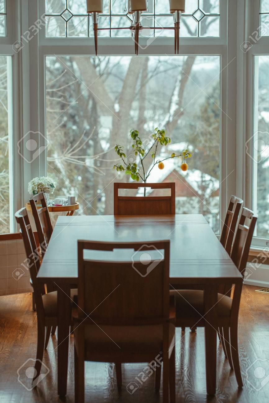 Mesa Decoración Clásico El De Comedor Flores Con Pie Y Gran Limón Madera Por Alrededor La Seis Sillas VentanaÁrbol En FondoHogar mN8vn0w