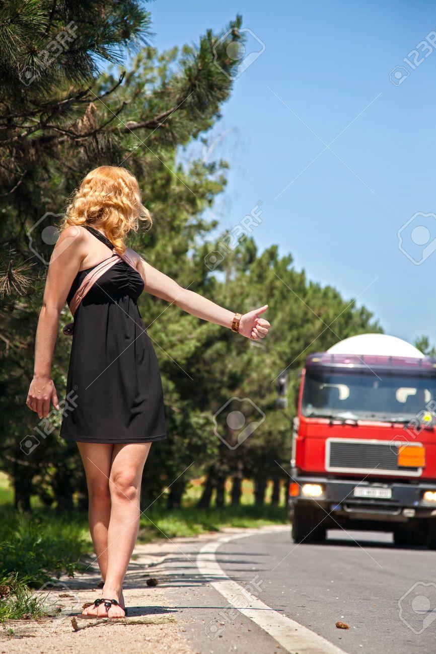Девушка под грузовиком фото