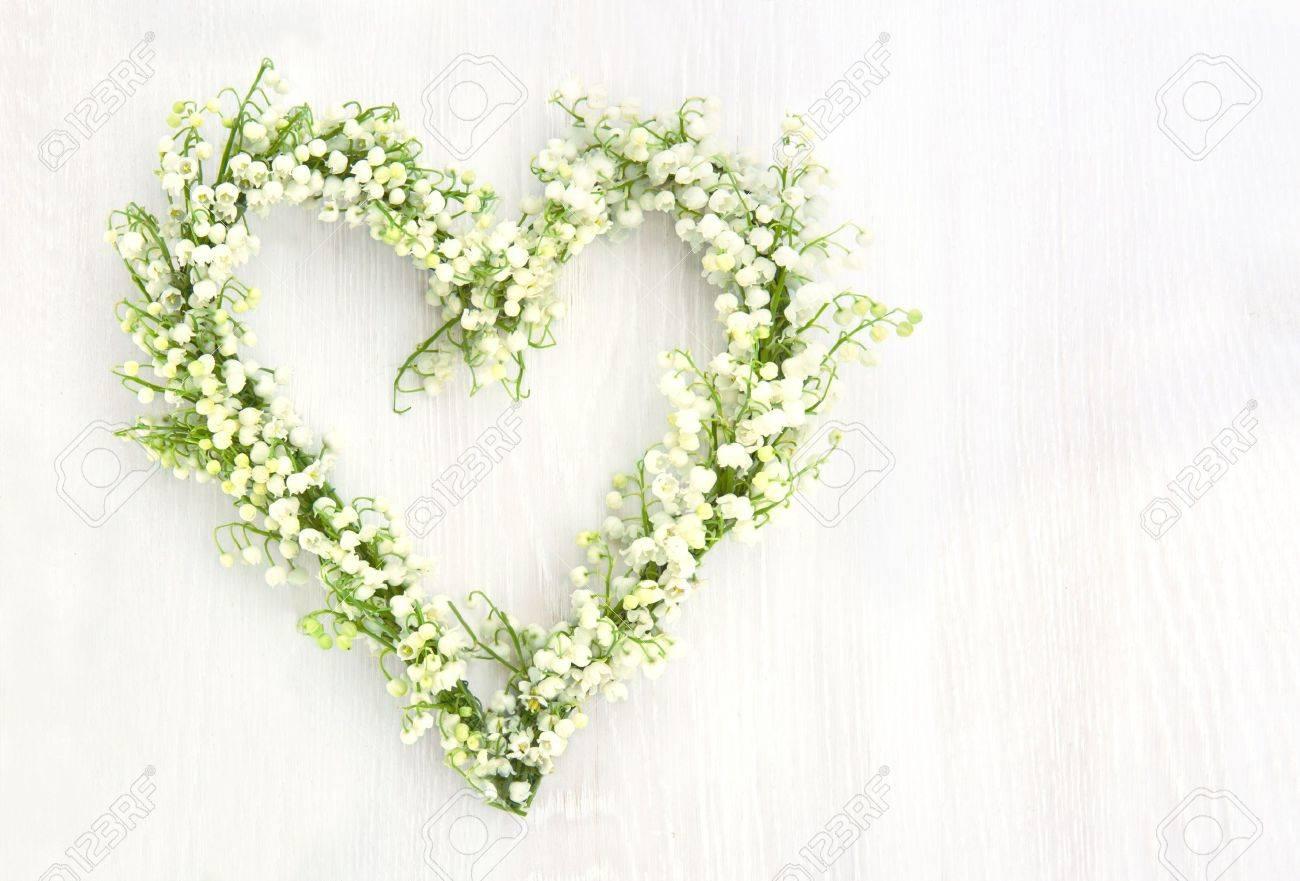 Coeur En Forme De Fleur Couronne De Lilys De La Vallee Sur Fond