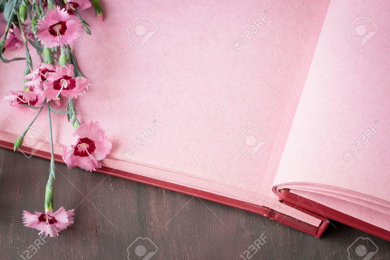 Lbum De Fotos De época Con Las Páginas De Color Rosa En La Mesa De ...