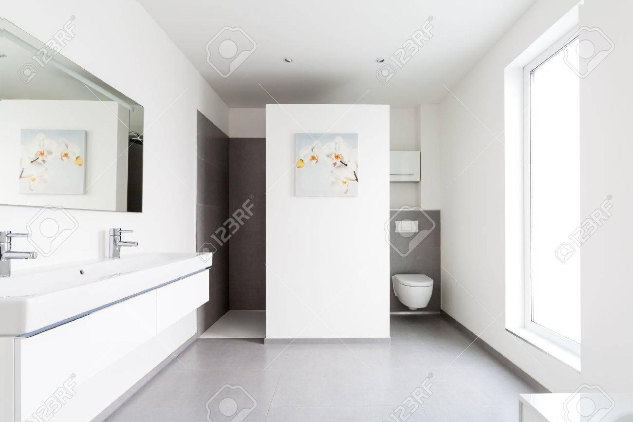 Intérieur de salle de bains moderne blanc