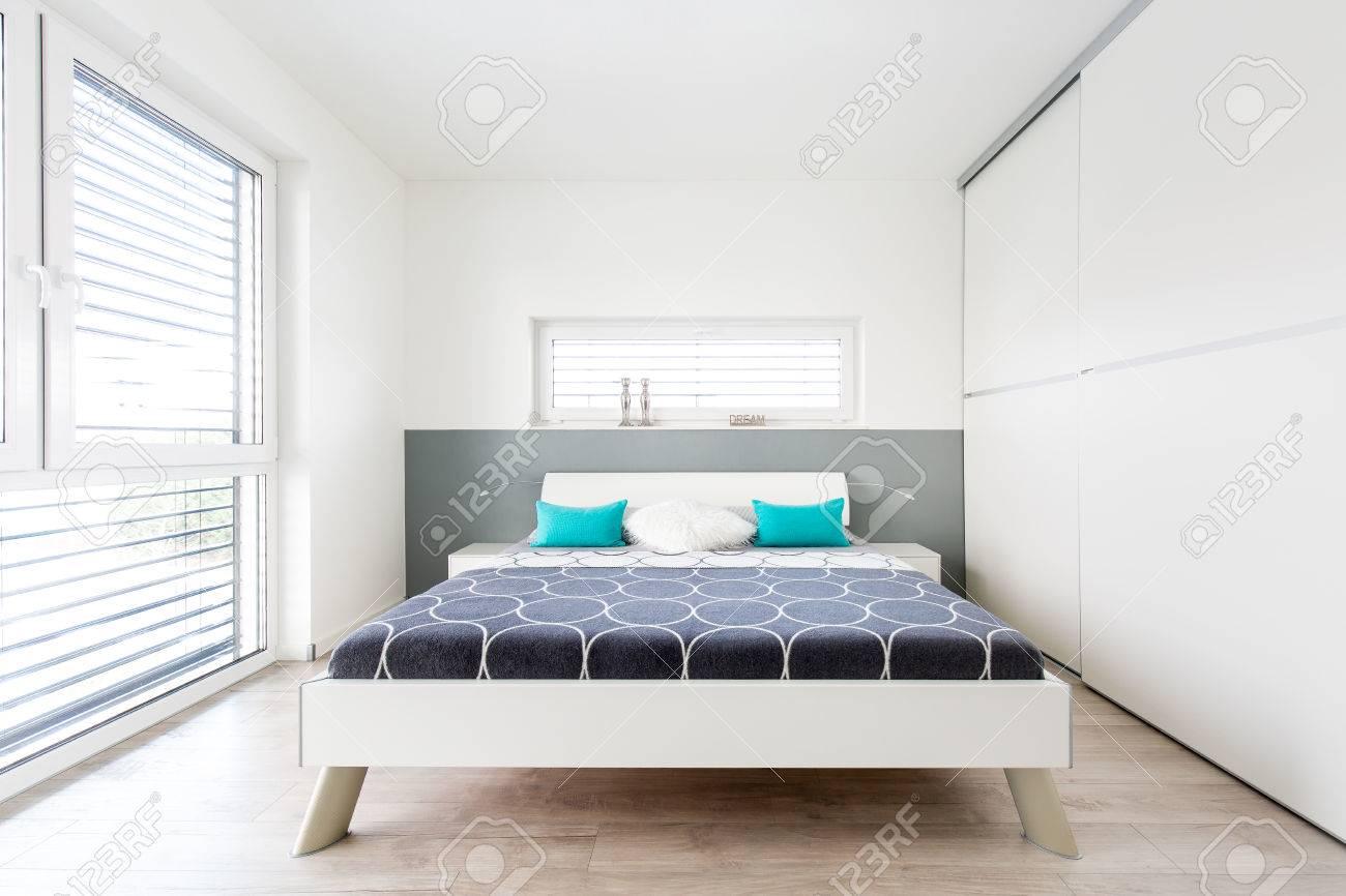 Moderne Master Schlafzimmer Mit Grossem Fenster Und Holzboden