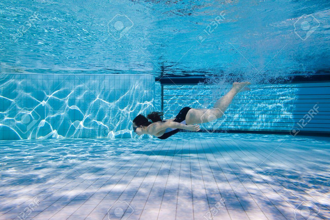Фото девушек в бассейне фото под водой