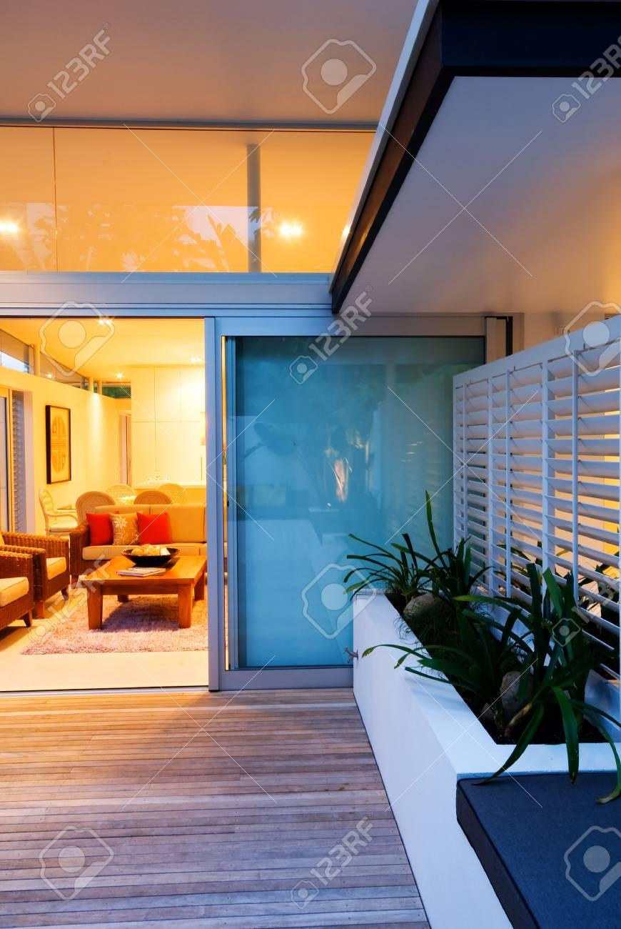 Modern intérieur / extérieur vivant dans la maison de designer