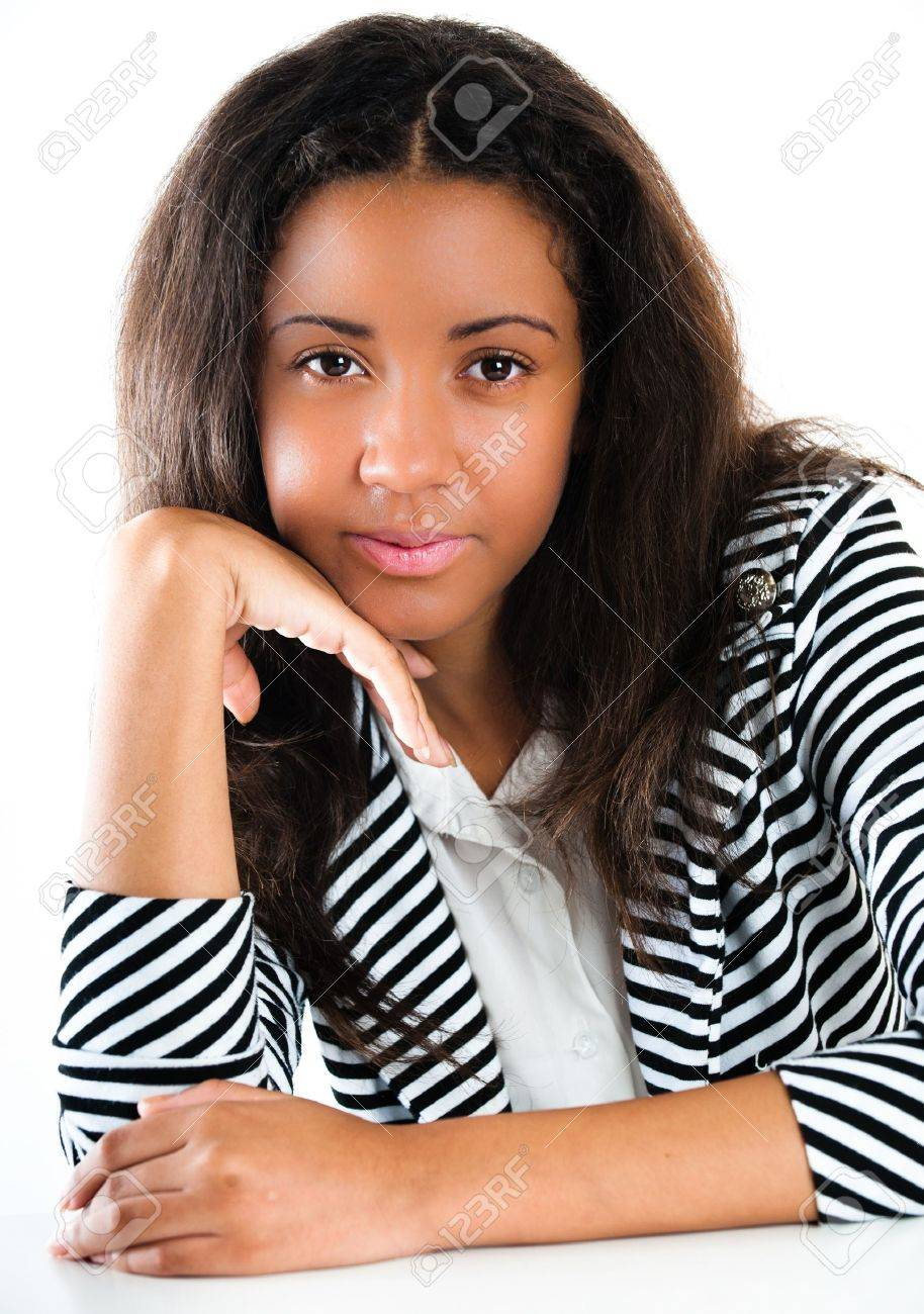Portrait d'une belle jeune fille adolescente métisse, avec de longs cheveux noirs et la peau propre du visage - isolé sur blanc Banque d'images - 10554197