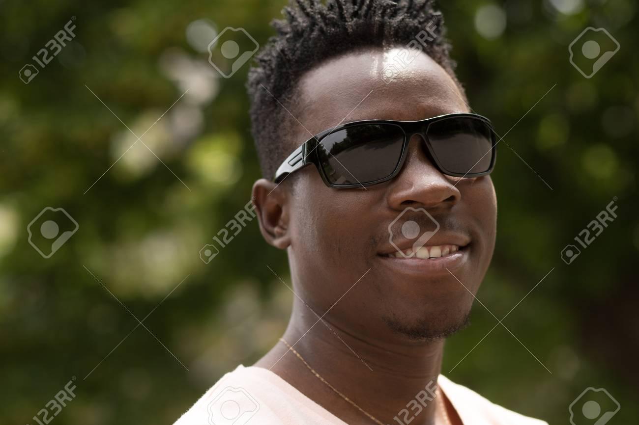 Vert Cherche Sur Dans La Un Lunettes Et De Fond Homme Afro Américain Portrait Bel Assis Porte Soleil VilleIl D'un Des vN80Onmw