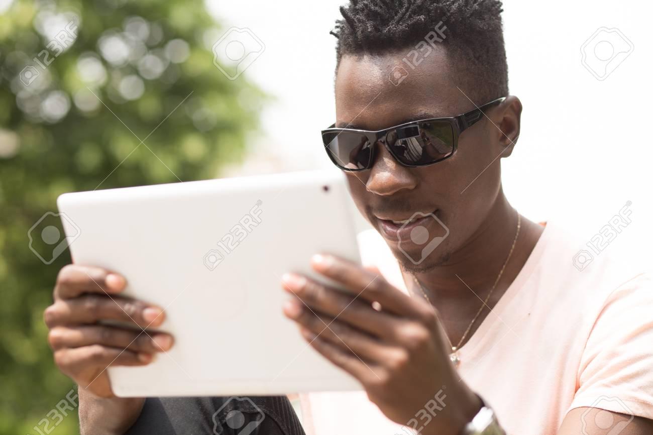 Les De Américain À Mode Dans Lunettes Un Afro Assis L'aide Ville Homme Banc Parc Tablette Au Sur L'élégant Et Portrait Soleil Sa La Nwm8nv0
