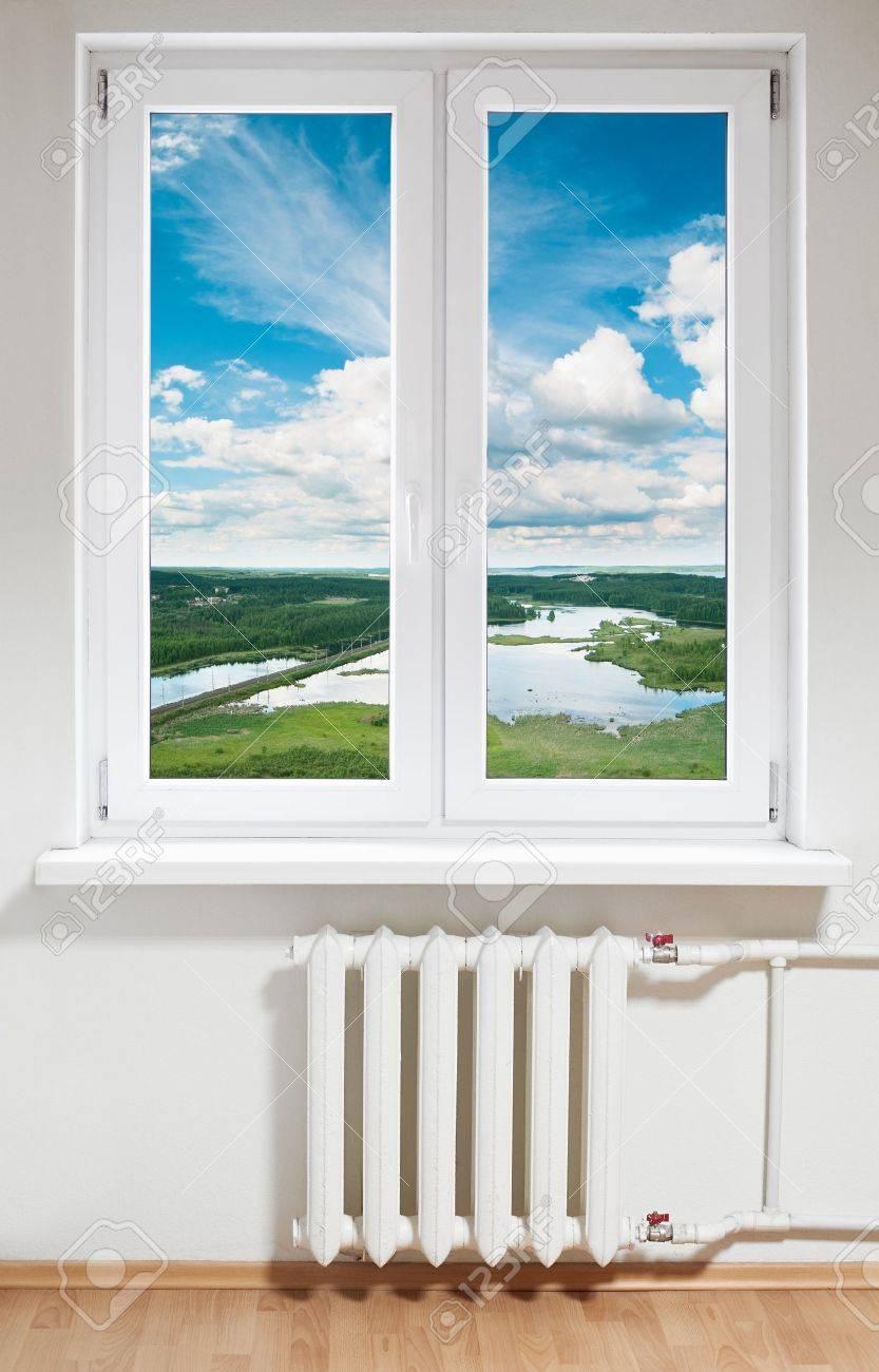 fenêtre en plastique blanche avec radiateur sous.voir par le biais