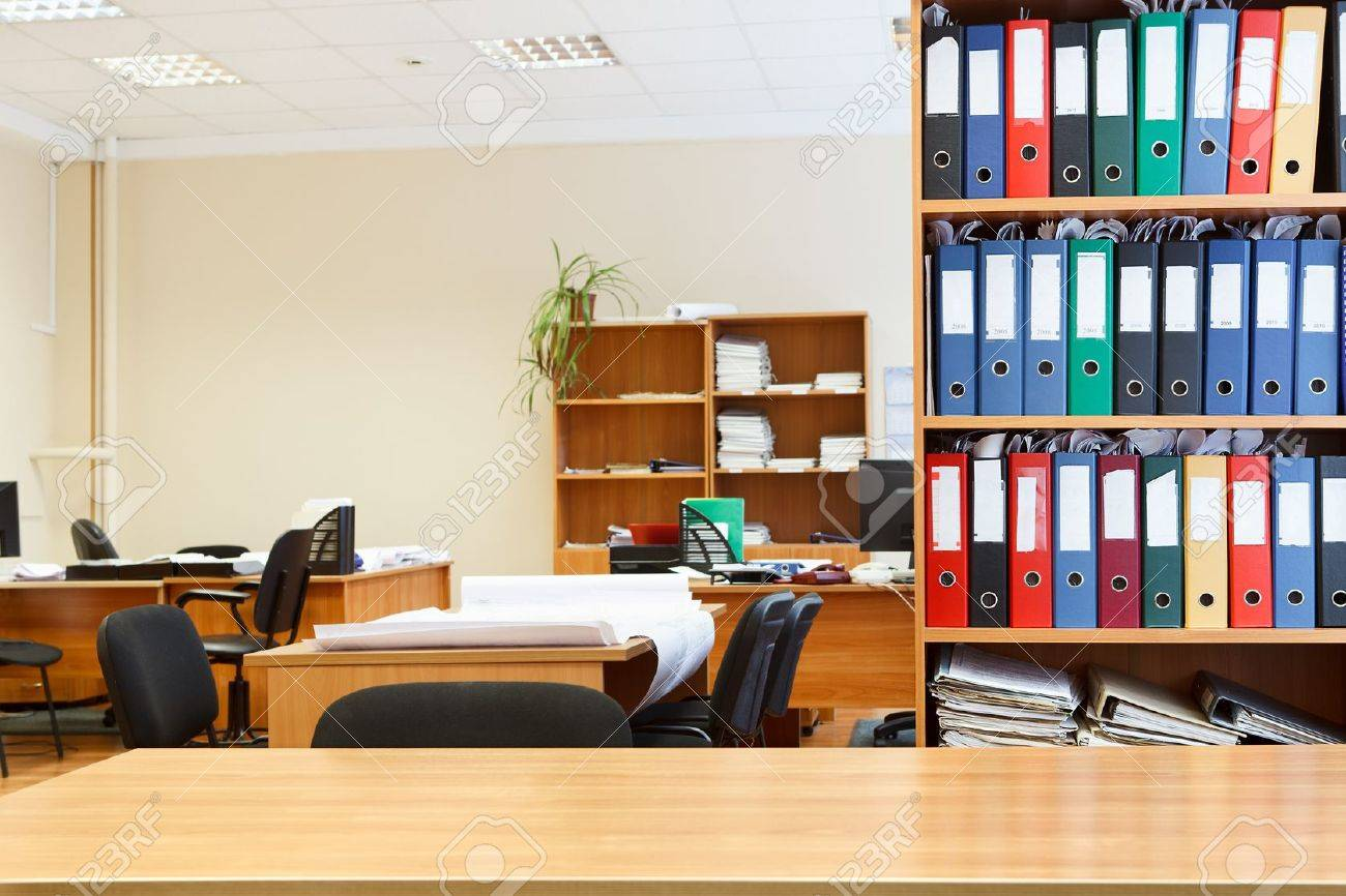 Moderne Büro-Interieur Mit Tischen, Stühlen Und Bücherschränke ...