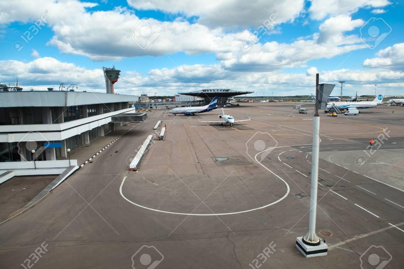 MOSCÚ, RUSIA - ABRIL CIRCA, 2012: campo de despegue y aterrizaje en el aeropuerto internacional de Sheremetyevo en alrededor de abril de 2012 en Moscú, Rusia Foto de archivo - 15816861