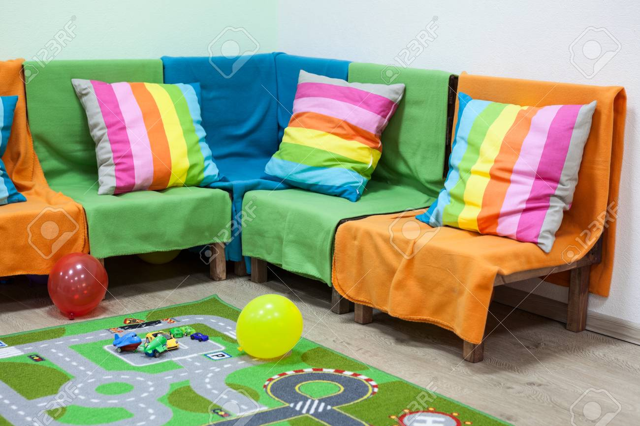 Sol Chambre D Enfant chambre d'enfant avec un canapé lumineux, jouets et ballons sur le sol