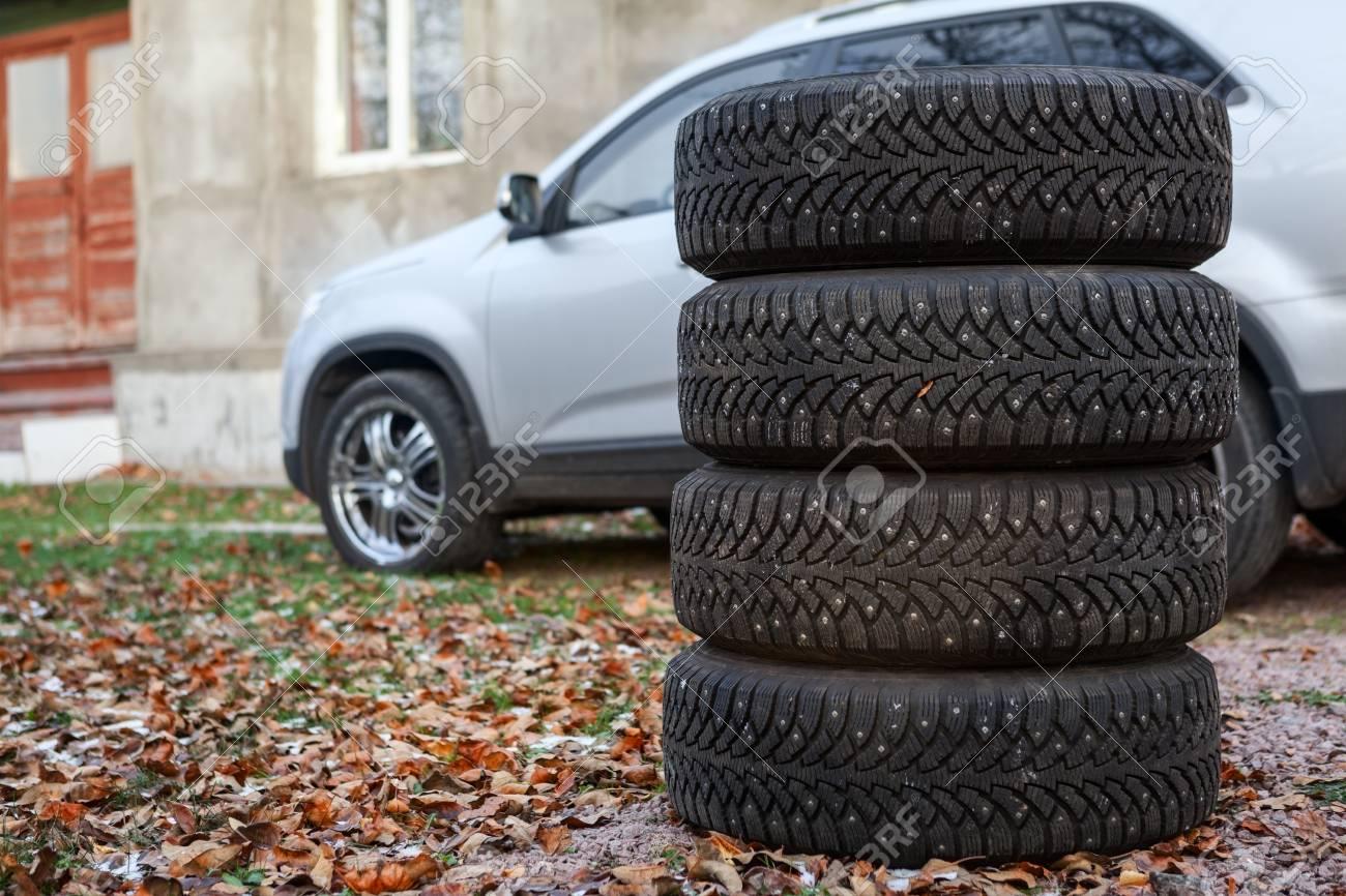 Vier Winterreifen Rader Zum Wechseln Sind In Der Nahe Von Auto