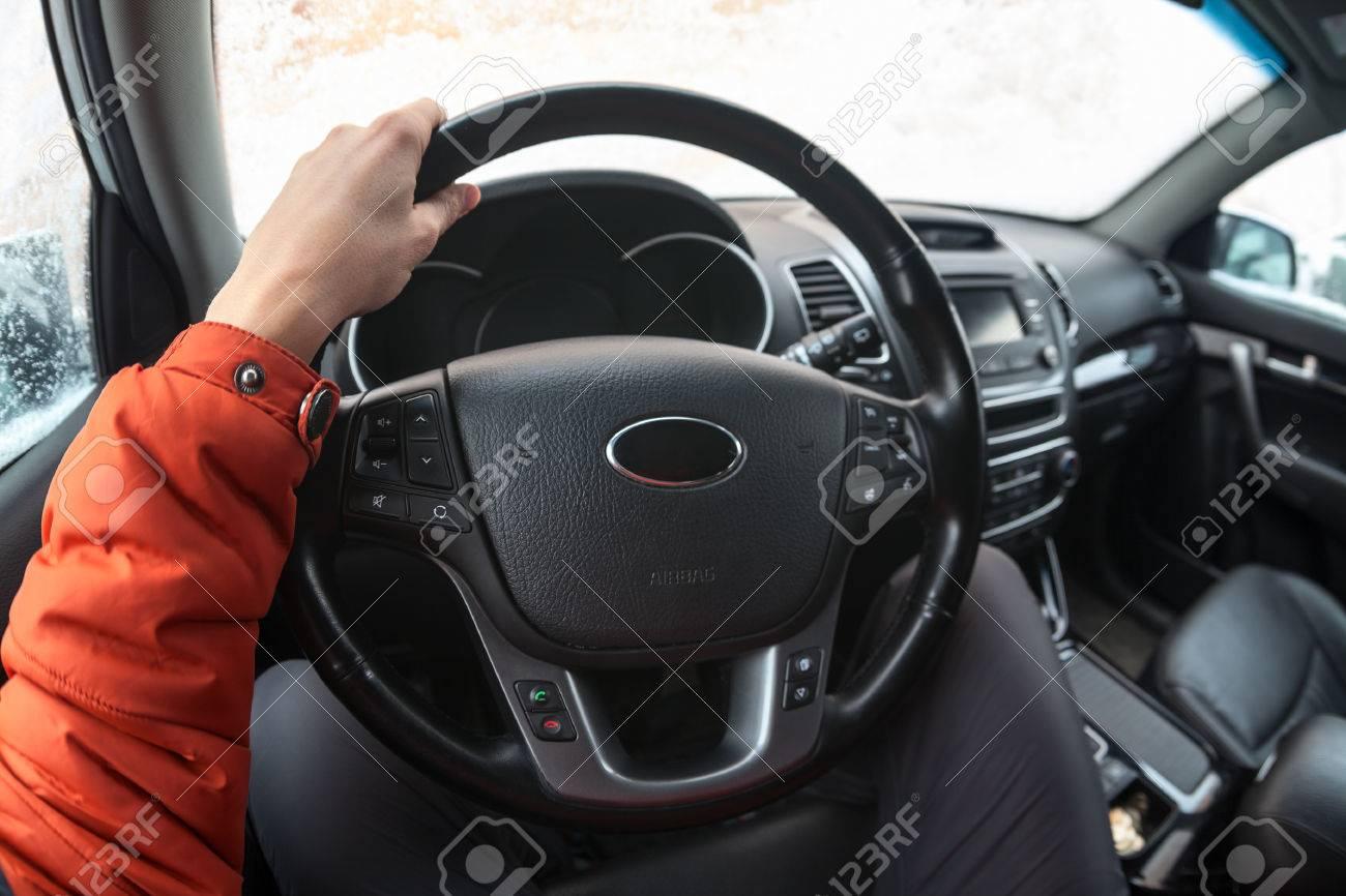 Männliche Fahrer Hält Lenkrad Mit Der Hand, Während Im Inneren Des ...