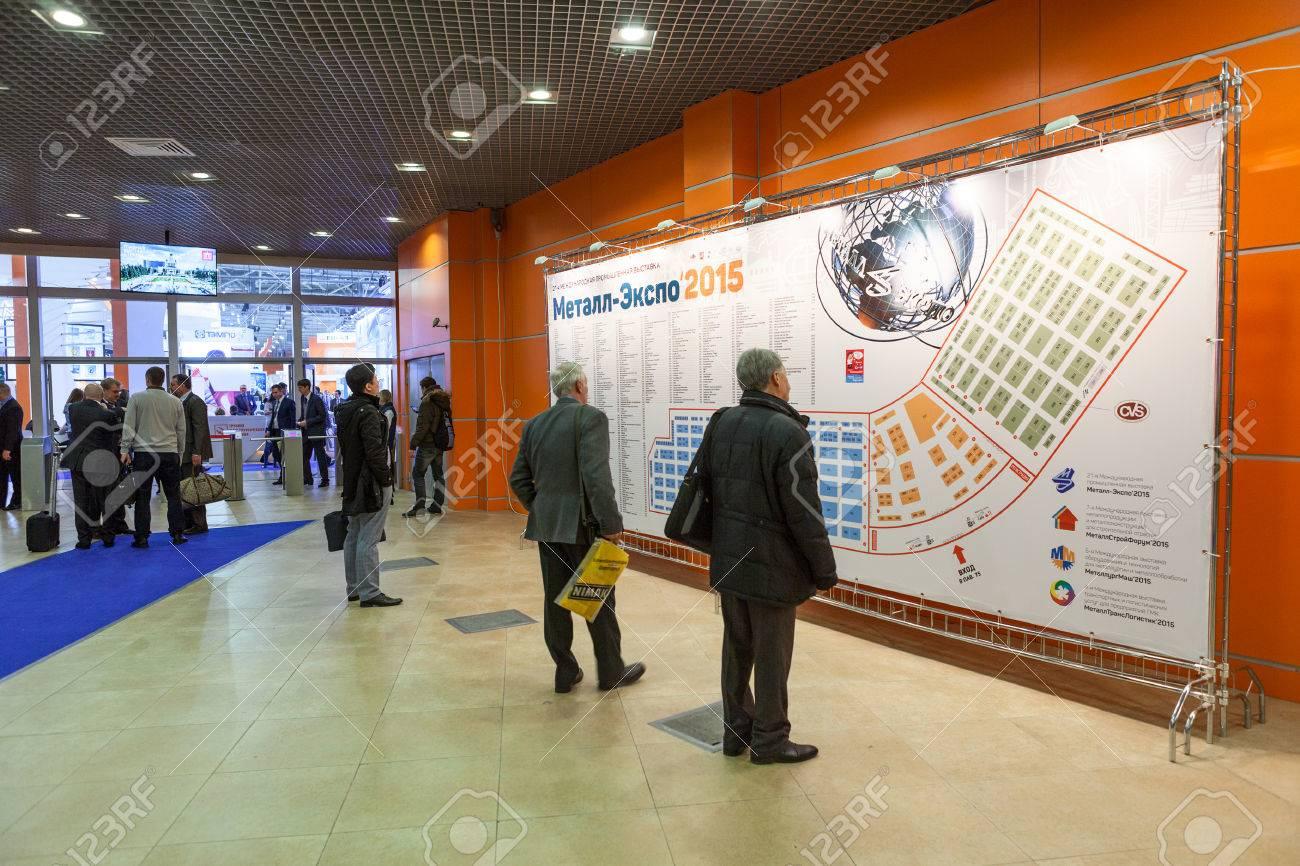 Expo 2015 Stand Enel : Moscú rusia alrededor de nov de 2015: la gente mira al stand de