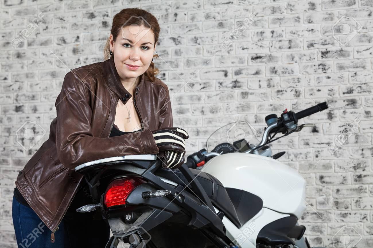 Una Mujer La En Calle Estilo Cuero Chaqueta Un Motociclista De 5B0OqBxwt