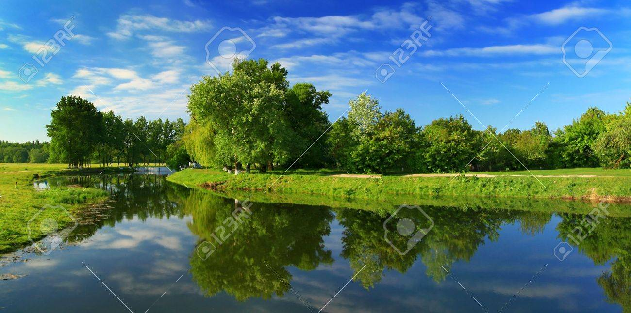 Reflection of trees in the river at dawn Stock Photo - 9040821