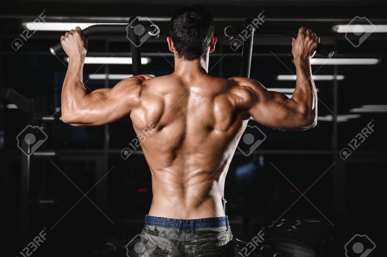 Rückenmuskel Mann\'s Rücken Männliche Bodybuilder Beugte Den Rücken ...