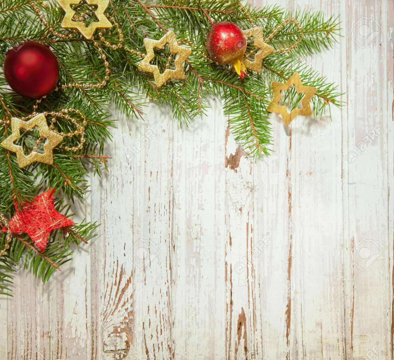 Kerst decoratie op oude houten plank royalty vrije foto, plaatjes ...