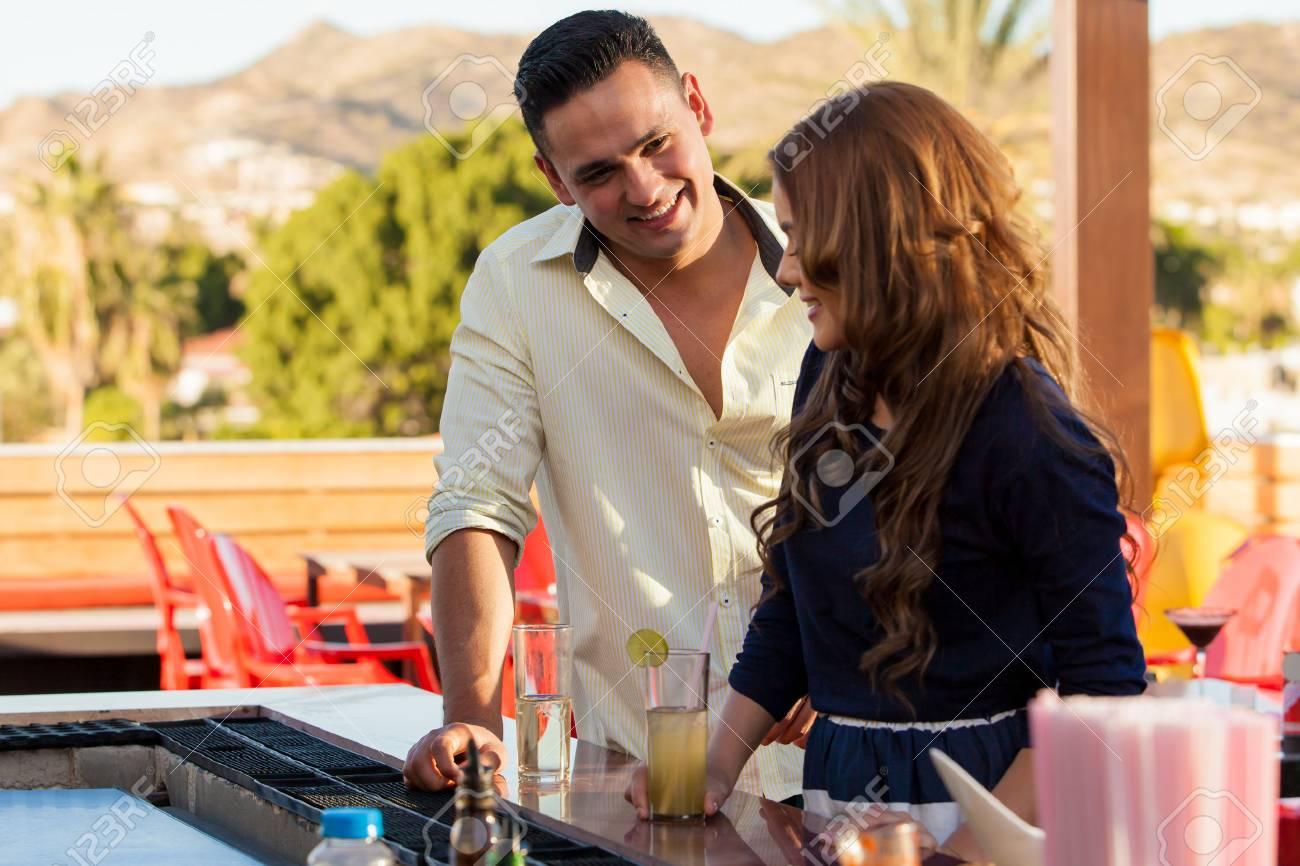 Young Latin Mann Flirtet Und Zu Versuchen In Einer Bar Abholen Ein