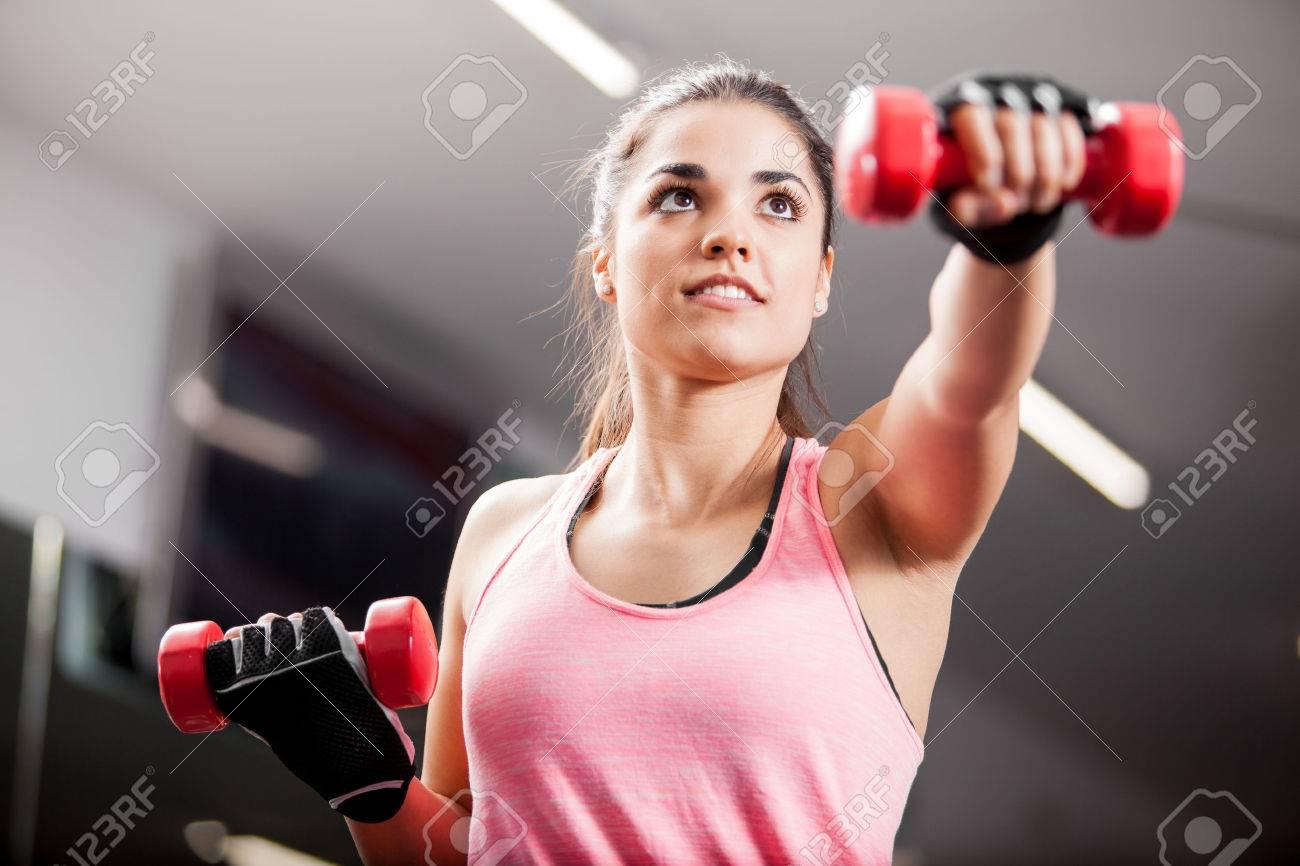 Gewichtsverlust Routine in der Turnhalle Frau